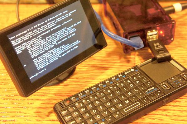 Raspberry Pi avec coque, clavier et ecran 7 pouces.