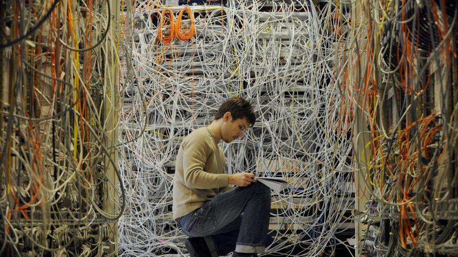 Un homme qui cherche visiblement une adresse IP.